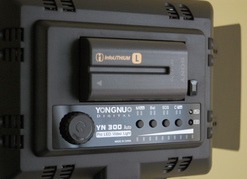 Yongnuo YN300 battery and controls